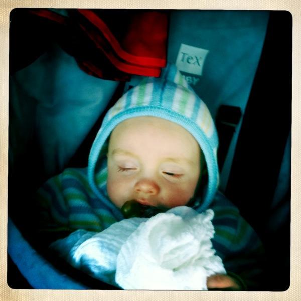 Luis schlafend im Kinderwagen