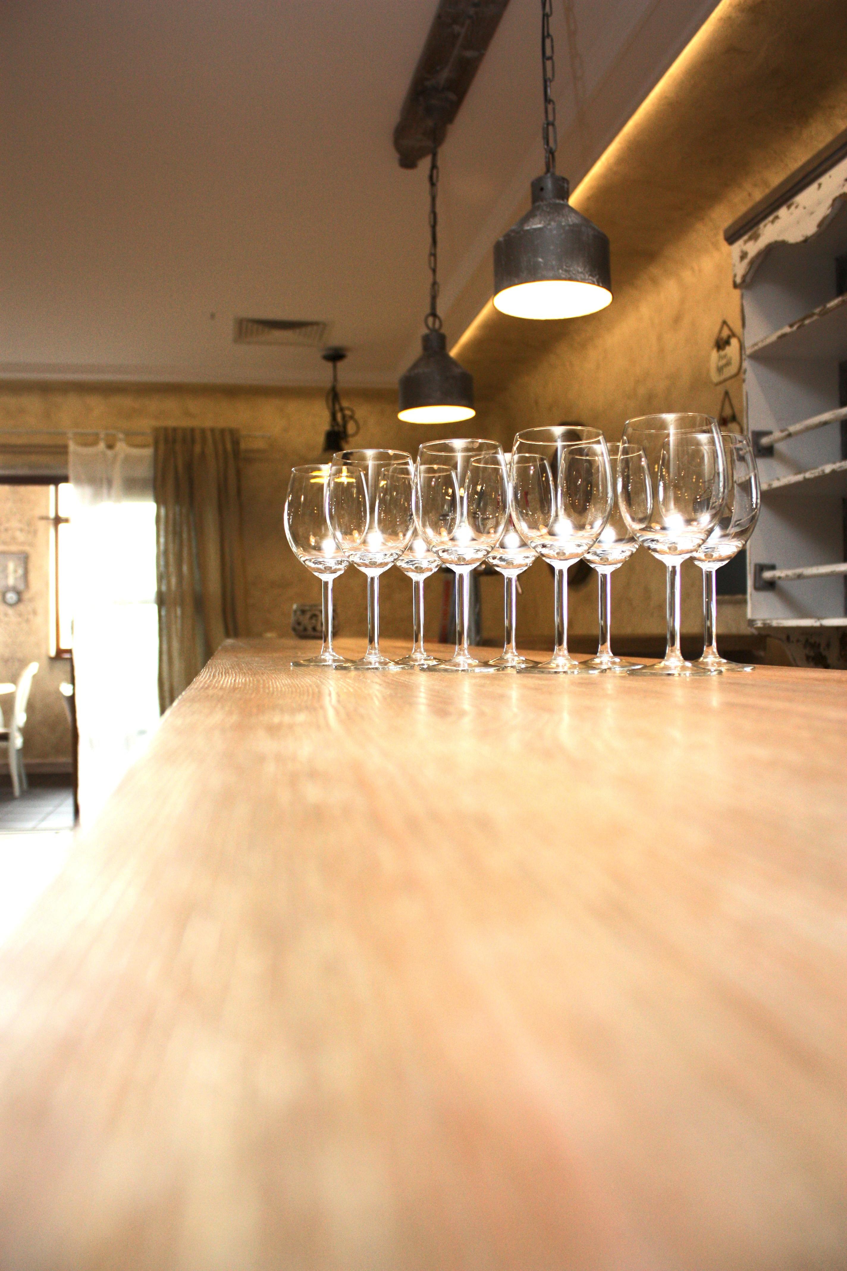 Leere Rotwein Gläser auf einer Bar ... CC0 1.0
