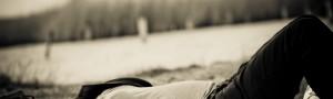 Schwangere Frau ruht sich in der Wiese aus