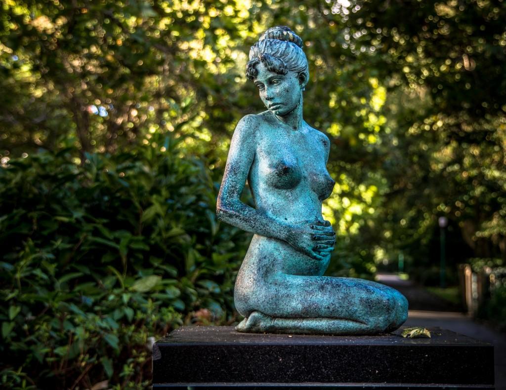 Statue von schwangerer Frau im Park