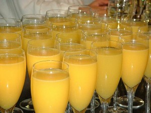 Orangensaft und Sekt in Glaesern