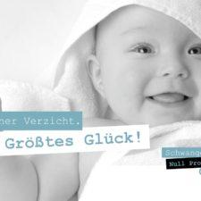 """Bild von einem in ein Handtuch eingewickelten Baby, dazu der Spruch """"Kleiner Verzicht. Größtes Glück!."""""""