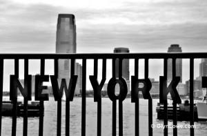new york schriftzug mit haeusern im hintergrund