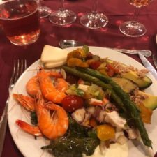 Abendessen mit vorgetäuschtem Weintrinken