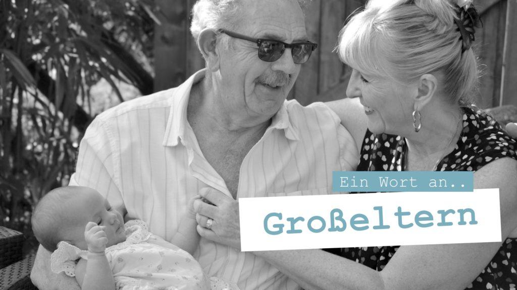 Stolze Großeltern mit dem Enkel auf dem Arm