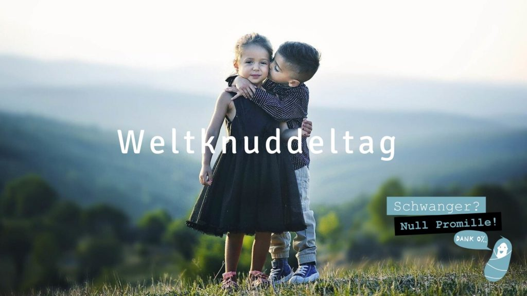 Zwei Kinde knuddeln sich in einer Umarmung zum Weltknuddeltag_2020
