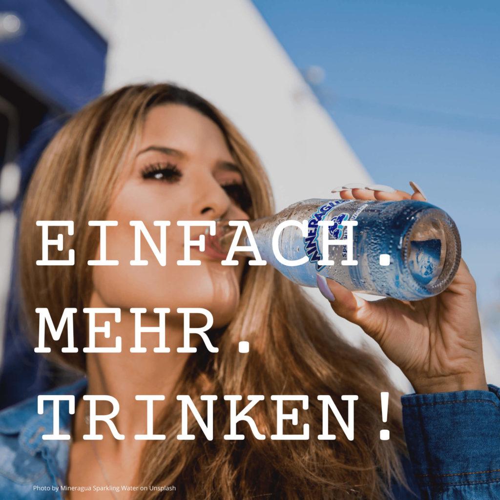 Frau die aus einer Flasche Wasser trinkt