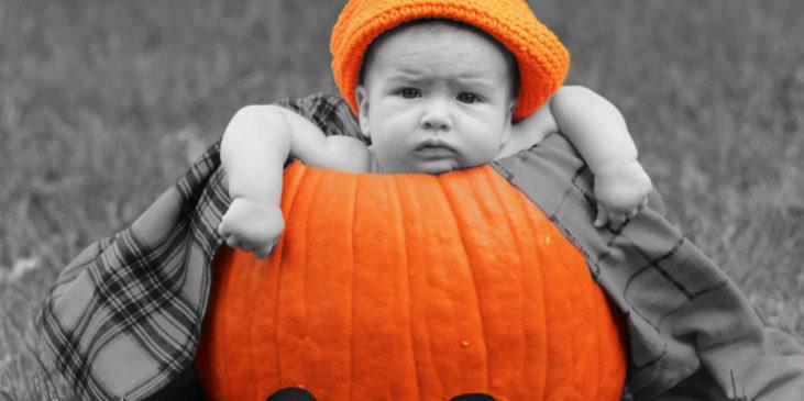 Im Kürbis sitzendes Baby an Halloween