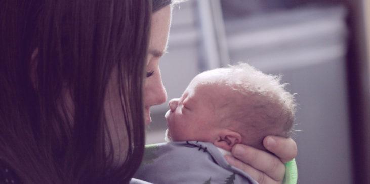 Mutter hält ihr Frühgeborenes Baby im Arm