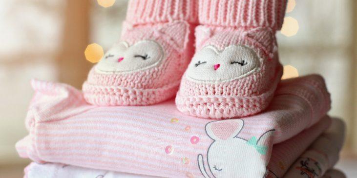 Babyschüchen auf Handtüchern