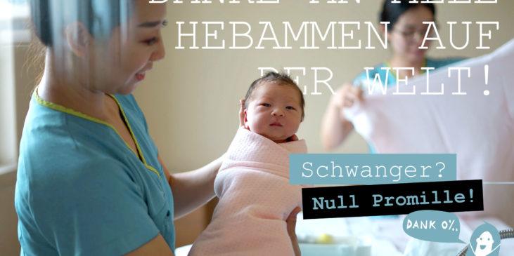 Eine Hebamme in China hält ein neugeborenes Baby im Arm - Danke-allen-Hebammen-Welthebammentag