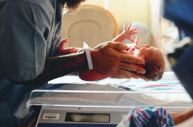Ein neugeborenes Baby anders als in Schwangerschaftsfilmen